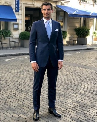 A navy suit and a J.Crew men's Tipped Italian Linen Pocket Square are great essentials to incorporate into your current wardrobe. Round off with black leather oxford shoes and off you go looking smashing. Totally appropriate for blazing hot days, you can sport this outfit all season long.