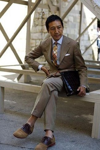 How to Wear Tan Suede Oxford Shoes: This refined pairing of a brown suit and a white dress shirt is a must-try ensemble for any modern guy. Introduce a pair of tan suede oxford shoes to the equation to pull the whole thing together.