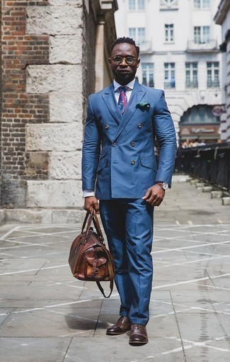 How to Wear a Brown Leather Holdall For Men: Team a blue suit with a brown leather holdall to assemble a casually dapper getup. A pair of dark brown leather oxford shoes immediately levels up any outfit.