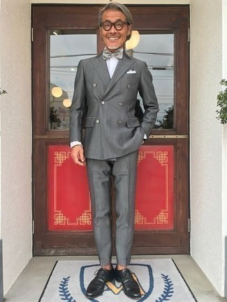 Bow-tie Outfits For Men: To assemble a laid-back ensemble with a contemporary spin, consider wearing a grey suit and a bow-tie. Make a bit more effort now and introduce a pair of black leather oxford shoes to this ensemble.