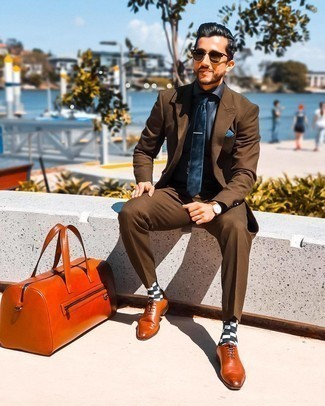Blue Pocket Square Outfits: The combination of a brown suit and a blue pocket square makes this a killer laid-back look. For something more on the classier side to finish off your look, complete this look with tobacco leather oxford shoes.