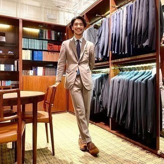 Brown Socks Outfits For Men: A tan suit and brown socks are a smart combo that will effortlessly carry you throughout the day and into the night. For something more on the elegant end to finish off this ensemble, slip into tobacco suede oxford shoes.