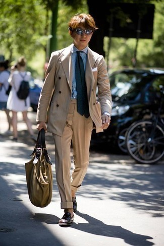 How to Wear an Olive Canvas Tote Bag For Men: A tan suit and an olive canvas tote bag paired together are the ideal look for those who love laid-back combinations. A pair of dark brown leather tassel loafers effortlesslly bumps up the fashion factor of your getup.
