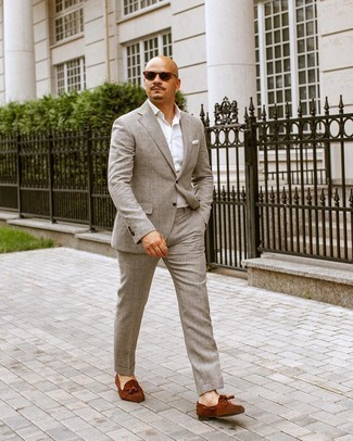 White Pocket Square Outfits: Solid proof that a grey suit and a white pocket square look amazing when you pair them in an off-duty getup. Boost the formality of this outfit a bit by slipping into brown suede tassel loafers.