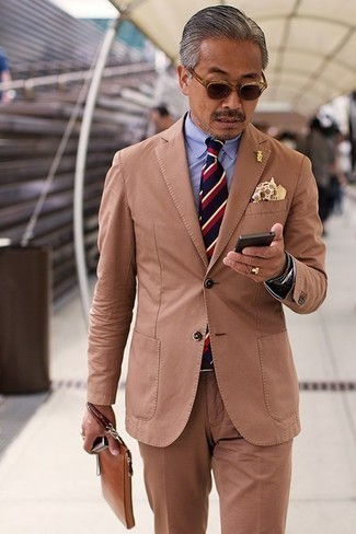 How to Wear a Beige Print Pocket Square: A tobacco suit looks so nice when worn with a beige print pocket square in a casual menswear style.