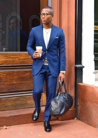 How to Wear a Black Leather Holdall For Men: This off-duty combination of a blue suit and a black leather holdall comes in useful when you need to look stylish in a flash. A pair of black leather derby shoes effortlessly boosts the classy factor of any outfit.