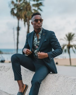 Flip Flops Outfits For Men: Such items as a teal suit and a mint floral short sleeve shirt are the perfect way to introduce a sense of masculine refinement into your day-to-day casual lineup. Not sure how to round off? Introduce a pair of flip flops to this look to change things up a bit.