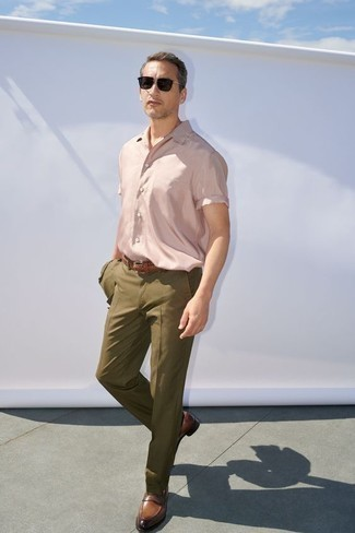 How to Wear a Pink Short Sleeve Shirt For Men: Teaming a pink short sleeve shirt and an olive suit will cement your outfit coordination chops. To give this outfit a more refined feel, why not throw in a pair of brown leather loafers?