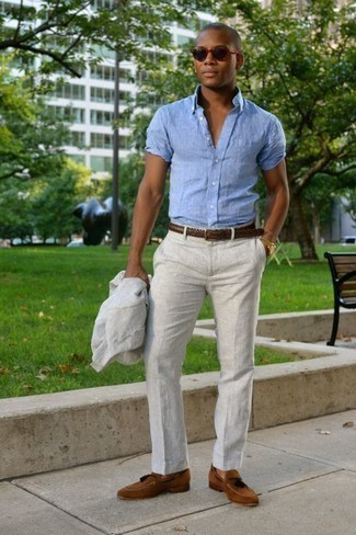 How to Wear a Light Blue Linen Short Sleeve Shirt For Men: For classy style with a fashionable spin, try teaming a light blue linen short sleeve shirt with a white suit. Let's make a bit more effort with footwear and complement this ensemble with brown suede tassel loafers.