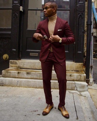 Burgundy Socks Outfits For Men: A burgundy suit and burgundy socks are a smart combo that will carry you throughout the day. To add more class to your getup, finish with a pair of tobacco leather oxford shoes.
