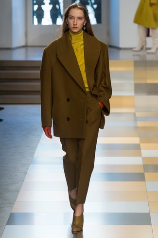 Pair a mustard turtleneck with a pantsuit for a ridiculously gorgeous look. Olive green leather pumps are a great choice to complete the look. Seeing as temperatures are falling, this look appears a nice option for the season.