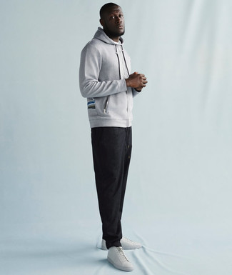 Sweat a capuche gris pantalon de jogging gris fonce baskets basses en cuir blanches large 21952