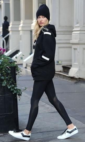 Sweat a capuche noir leggings noirs baskets basses blanches et noires large 24036
