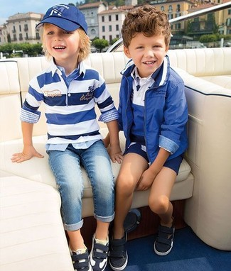 How to Wear a White Horizontal Striped Sweater For Boys: Suggest that your munchkin team a white horizontal striped sweater with light blue jeans for a comfy outfit. Black and white sneakers are a great choice to finish this outfit.