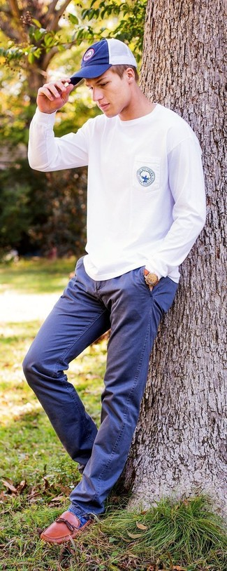 How to wear: white sweatshirt, navy chinos, tobacco leather loafers, navy baseball cap