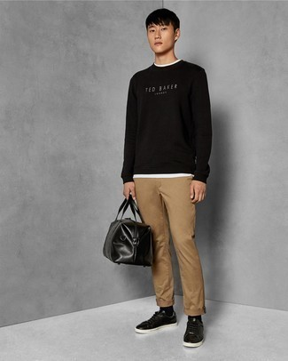 How to Wear a Holdall For Men: A black and white print sweatshirt and a holdall are a nice outfit to integrate into your daily casual fashion mix. For something more on the classy side to complete your ensemble, add black leather low top sneakers to this outfit.