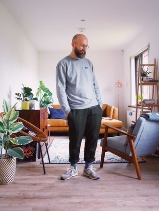 How to Wear a Grey Sweatshirt Casually For Men: Pair a grey sweatshirt with dark green chinos to pull together an incredibly stylish and modern-looking relaxed casual outfit. A pair of brown athletic shoes effortlesslly ups the wow factor of this look.