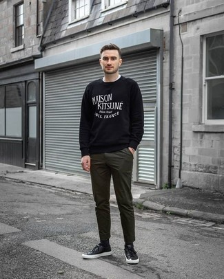 How to Wear Black Socks For Men: If you like relaxed dressing, why not try this combination of a black and white print sweatshirt and black socks? You could perhaps get a bit experimental in the footwear department and complete this ensemble with a pair of black leather low top sneakers.