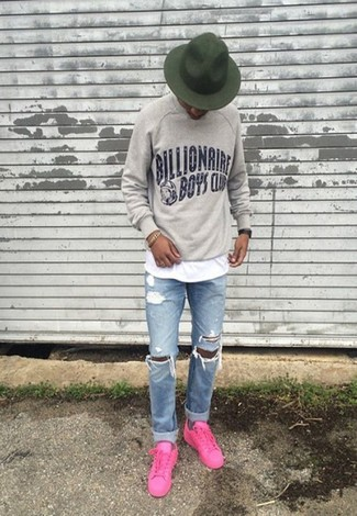 How to wear: grey print sweatshirt, white crew-neck t-shirt, light blue ripped jeans, hot pink low top sneakers