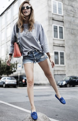 How to wear: grey print sweatshirt, blue denim shorts, navy canvas boat shoes, red leather crossbody bag