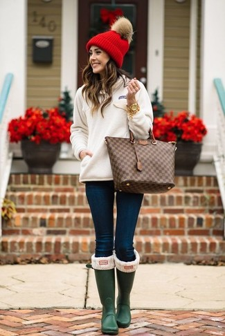 How to wear: white sweatshirt, navy skinny jeans, dark green rain boots, dark brown check leather tote bag