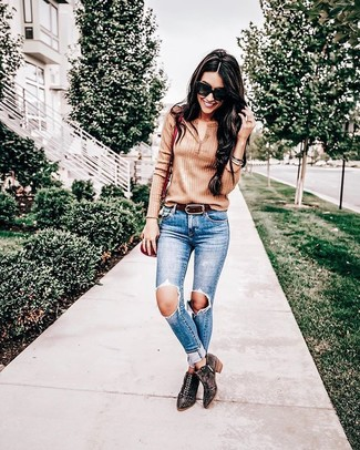 Comment porter: t-shirt à col boutonné marron clair, jean skinny déchiré bleu, bottines en daim à clous marron foncé, sac bandoulière en cuir rouge