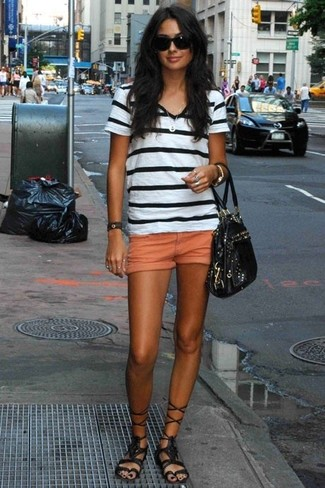 Harmonise un t-shirt à col en v à rayures horizontales blanc et noir avec un short orange femmes pour créer un style chic et glamour. Cet ensemble est parfait avec une paire de des sandales spartiates hautes en cuir noires.
