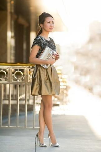 Comment porter: t-shirt à col rond gris foncé, jupe patineuse dorée, escarpins en cuir argentés, pochette en cuir dorée