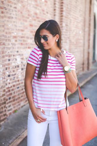 Porte un t-shirt à col rond ombre fuchsia et un jean skinny blanc pour achever un look chic.
