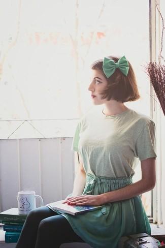 Marie un t-shirt à col rond vert menthe avec une jupe patineuse verte pour une tenue idéale le week-end.