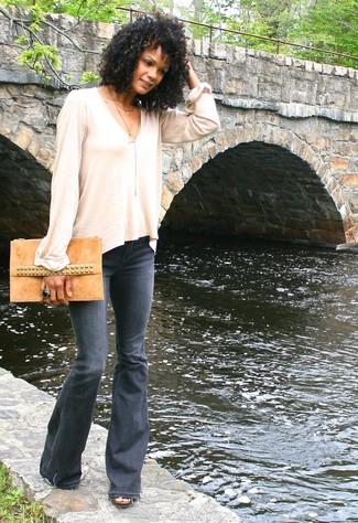 Comment porter: t-shirt à manche longue beige, jean flare gris foncé, pochette en daim marron clair, bague noire