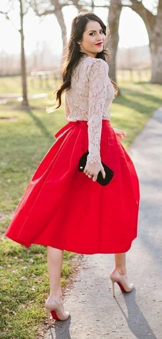 Comment porter: t-shirt à manche longue en dentelle beige, jupe mi-longue plissée rouge, escarpins en cuir beiges, pochette en daim noire