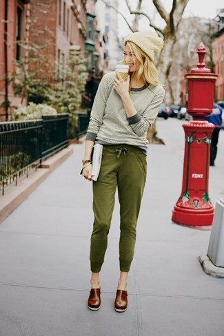 Comment porter: t-shirt à manche longue à rayures horizontales beige, pantalon de jogging olive, slippers en cuir marron foncé, bonnet beige