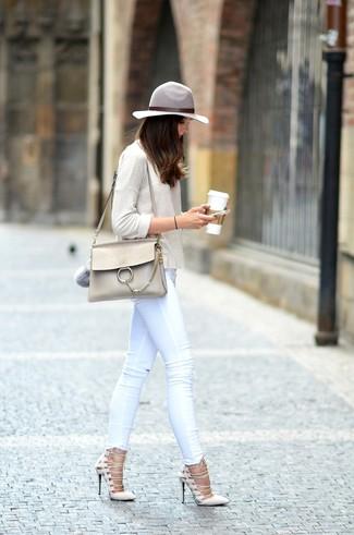 Comment porter: t-shirt à manche longue beige, jean skinny blanc, escarpins en daim beiges, cartable en cuir beige