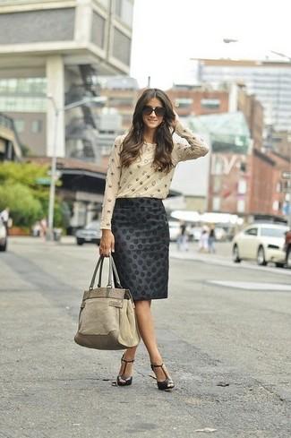 Comment porter: t-shirt à manche longue orné beige, jupe crayon á pois noire, sandales à talons en cuir noires, sac fourre-tout en daim beige