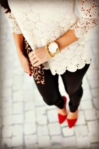 Comment porter: t-shirt à manche longue en dentelle beige, leggings noirs, escarpins en daim rouges, pochette en daim imprimée léopard marron clair