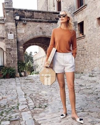 Comment porter: t-shirt à manche longue marron clair, short blanc, mules en cuir blanches