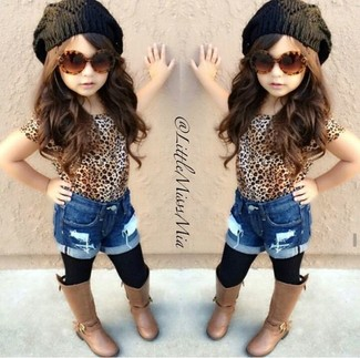 How to wear: tan leopard t-shirt, blue denim shorts, brown boots, black beanie