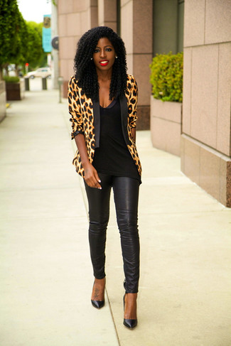 How to Wear Black Leather Skinny Pants: This combo of a tan leopard blazer and black leather skinny pants combines comfort and efficiency and helps you keep it low-key yet contemporary. A trendy pair of black leather pumps is an effective way to upgrade your look.