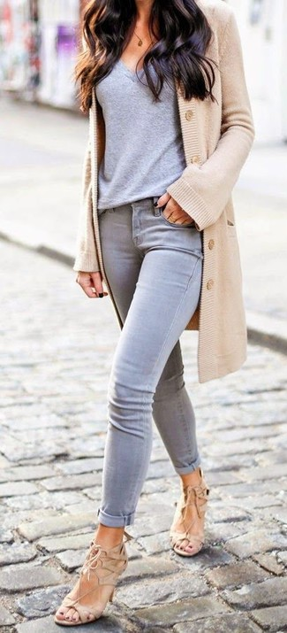 This combo of a camel cardigan and grey skinny jeans will attract attention for all the right reasons. Finish off your look with camel suede heeled sandals.