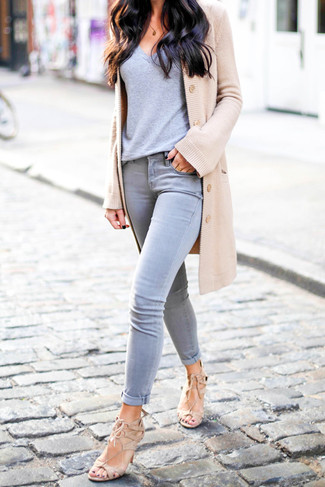 How to wear: tan cardigan, grey v-neck t-shirt, grey skinny jeans, beige suede heeled sandals