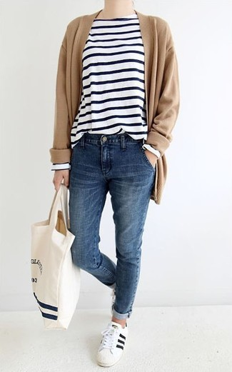 This combination of a tan open cardigan and a white and black horizontal striped long sleeve t-shirt is perfect for off-duty occasions. A pair of white and black leather low top sneakers will be a stylish addition to your outfit.