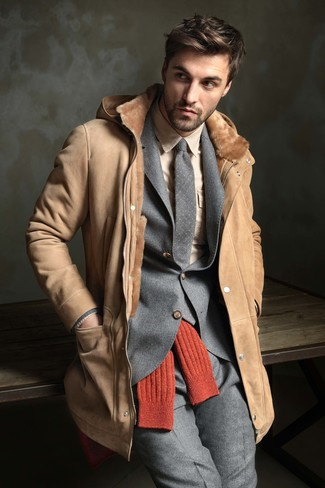 This combination of a tan dress shirt and a tan shearling coat is super easy to put together without a second thought, helping you look amazing and ready for anything without spending a ton of time digging through your wardrobe. You know this combination is great to stay warm and chic at the same time throughout the winter season.