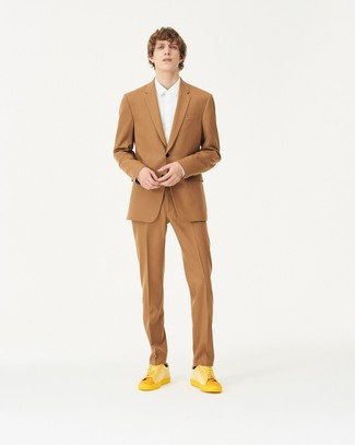 How to Wear Gold Leather Low Top Sneakers For Men: One of our favorite ways to style such a staple item as a tan suit is to combine it with a white dress shirt. Clueless about how to round off? Complement this look with gold leather low top sneakers for a more relaxed finish.