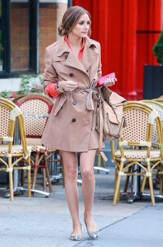 A tan trenchcoat and an orange shirtdress is a savvy combination worth integrating into your wardrobe. Go for a pair of grey leather ballet flats for a more relaxed aesthetic.