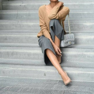 Tan V-neck Sweater Outfits For Women: A tan v-neck sweater and grey culottes are essential in a great off-duty closet. Complement your look with beige leather pumps to serve a little mix-and-match magic.