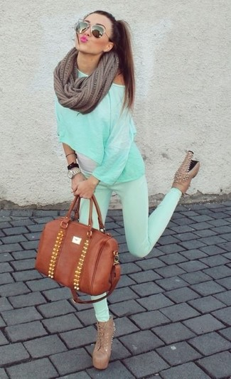 How to Wear a Dark Brown Knit Scarf For Women: A mint long sleeve t-shirt and a dark brown knit scarf are a must-have casual combo for many style-conscious girls. Give your look a bit of polish by rocking tan studded leather lace-up ankle boots.
