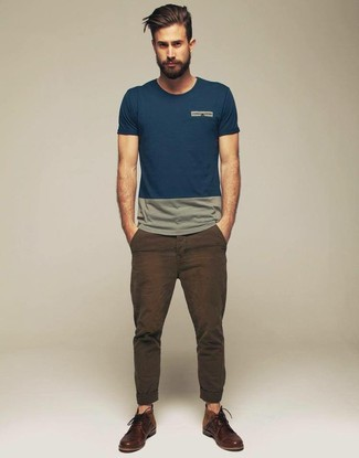 To create an outfit for lunch with friends at the weekend wear a teal crew-neck tee with dark brown casual pants. Turn your sartorial beast mode on and rock a pair of dark brown leather derby shoes.