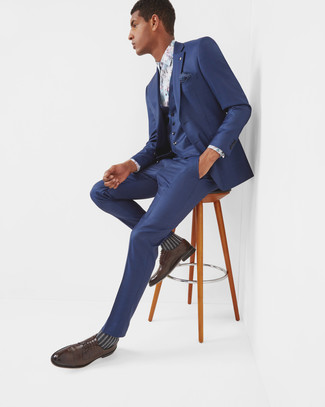 A navy three piece suit and a Ted Baker men's Lawks Dot Pocket Square are great essentials to incorporate into your current wardrobe. Why not add dark brown leather derby shoes to the mix for a more relaxed feel? As this ensemble demonstrates, you can't think of a better choice for hot weather.