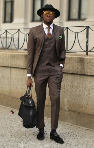 Dark Brown Three Piece Suit with Hat Outfits: A dark brown three piece suit and a hat? This is an easy-to-wear ensemble that anyone can rock a version of on a daily basis. You can take a classic approach with shoes and complement this ensemble with black suede derby shoes.